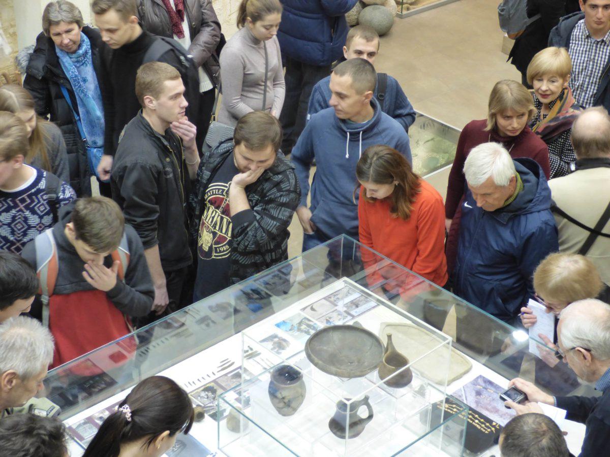 Люди на виставці в музеї археології