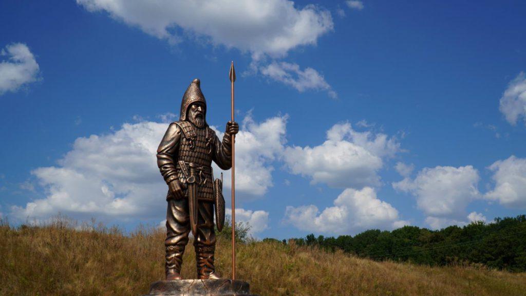 На Більському городищі встановили скульптуру скіфського воїна